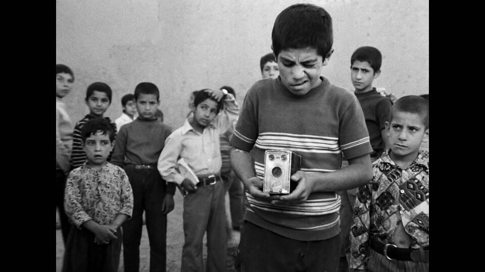 10/1よりザ・シネマメンバーズにて配信開始!イランの巨匠アッバス・キアロスタミ監督の初長編作「トラベラー」